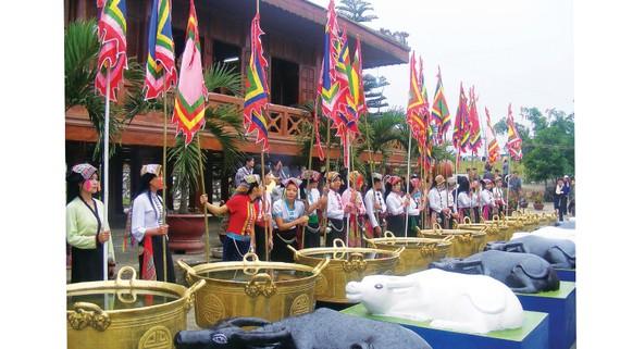 Các cô gái Thái trong đoàn rước trâu trước đền Chín Gian