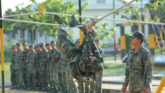 Chiến sĩ Trung đoàn 31 luyện tập vượt vật cản tổng hợp