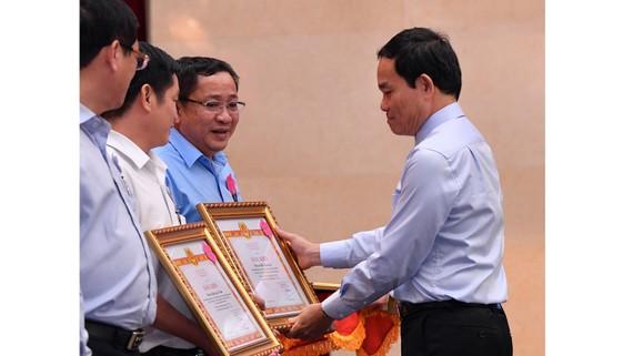 Phó Bí thư Thường trực Thành ủy TPHCM Trần Lưu Quang tặng bằng khen cho các điển hình tham mưu tốt thực hiện Quy định 1374. Ảnh: VIỆT DŨNG