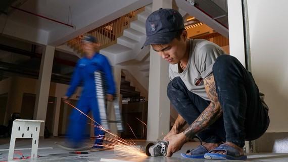 Người lao động cần sử dụng các thiết bị bảo hộ để đảm bảo an toàn lao động. Ảnh: HOÀNG HÙNG