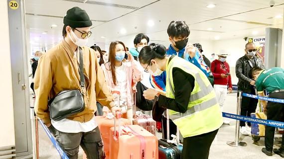 Khách làm thủ tục tại sân bay Tân Sơn Nhất dịp đầu năm mới 2021