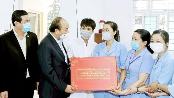 Thủ tướng Nguyễn Xuân Phúc chúc tết cán bộ, nhân viên Trung tâm Bảo trợ xã hội tỉnh Quảng Nam. Ảnh: TTXVN
