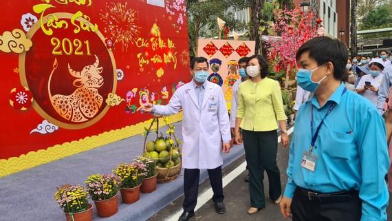 Phó Chủ tịch UBND TPHCM Phan Thị Thắng tham quan đường hoa tại BV Chợ Rẫy