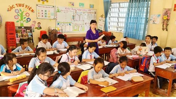 Cô Phương Thảo giảng dạy cho học sinh lớp 4 ở Trường Tiểu học Việt Lâm năm học 2019-2020
