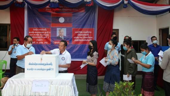 Người dân thủ đô Vientiane bỏ phiếu bầu đại biểu Quốc hội Lào khóa IX và đại biểu Hội đồng nhân dân thành phố khóa II