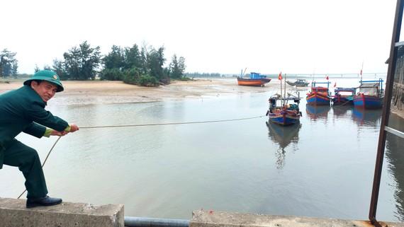 Cảng cá Xuân Hội bị bồi lắng khiến tàu thuyền của ngư dân bị mắc cạn