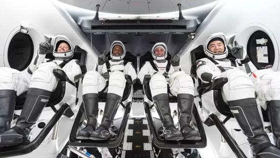 Các phi hành gia tham gia chương trình hợp tác giữa NASA và Space X