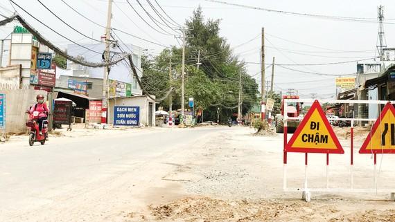 Huyện Hóc Môn đầu tư nâng cấp đường Đặng Thúc Vịnh (xã Thới Tam Thôn) cùng nhiều tuyến đường, hẻm khác trên địa bàn.  Ảnh: KIỀU PHONG