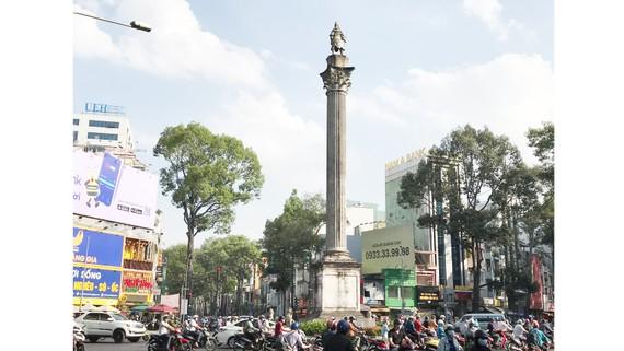 Tượng đài An Dương Vương (quận 5) có dấu hiệu xuống cấp, xuất hiện nhiều điểm nứt vỡ. Ảnh: Bùi Anh Tuấn