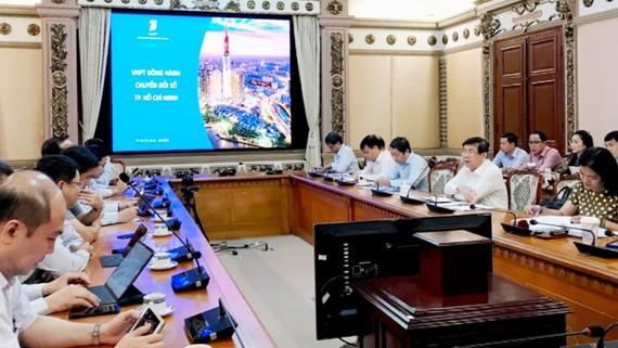 Chủ tịch UBND TPHCM Nguyễn Thành Phong cùng đại diện sở, ngành làm việc với VNPT. Ảnh: VGP