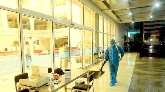 Nhân viên y tế phun thuốc khử trùng tại Bệnh viện quốc tế Vinmec Hải Phòng