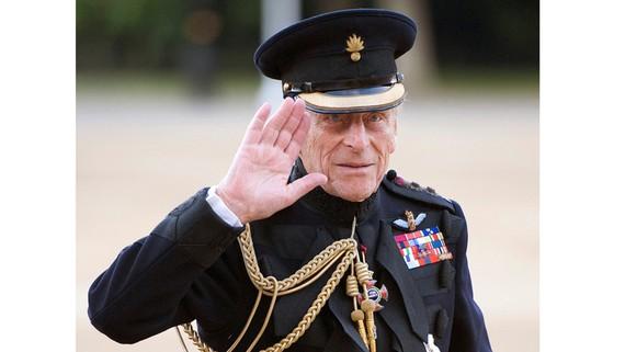 Hoàng thân Philip vẫy tay chào trong một sự kiện ở London năm 2011. Ảnh: REUTERS