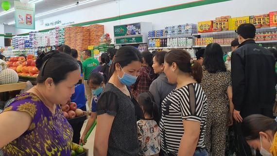 Người tiêu dùng mua sắm tại Co.op Food ở TP Thanh Hóa