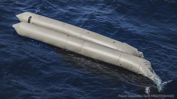 Các mảnh vỡ từ một chiếc xuồng cao su được cho là chở hơn 100 người di cư được nhìn thấy trôi dạt trên biển Địa Trung Hải phía Đông Bắc thủ đô Tripoli của Libya, hôm 22-4-2021. Nguồn: AP