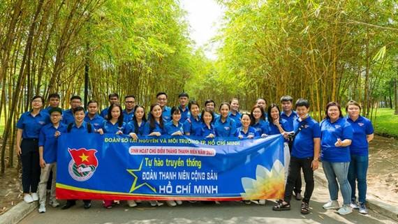 Các bạn trẻ tìm hiểu lịch sử truyền thống ở Khu tưởng niệm liệt sĩ Ngã ba Giồng,  huyện Hóc Môn, TPHCM