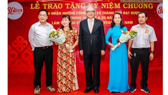 Các cặp vợ chồng cùng nhau làm việc trên 20 năm tại Vedan Việt Nam nhận hoa chúc mừng từ Tổng Giám đốc