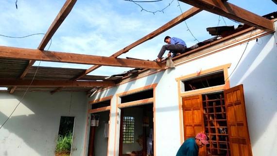 Người dân ở Hương Khê (Hà Tĩnh) sửa lại nhà cửa sau lốc xoáy. Ảnh: DƯƠNG QUANG