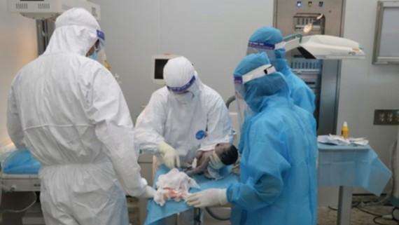 Các bác sĩ mổ cấp cứu cho bệnh nhân. Ảnh: VietnamPlus