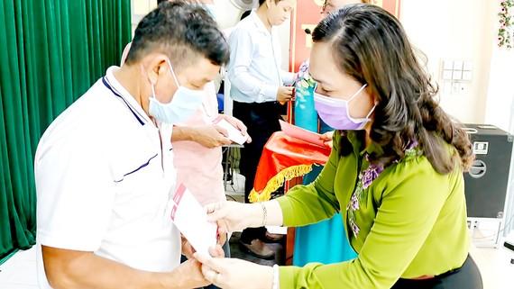 Trao sổ tiết kiệm cho nông dân huyện Củ Chi