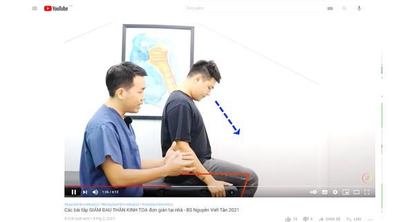 Bác sĩ Nguyễn Viết Tân đang hướng dẫn các bài tập  giảm đau thần kinh tọa tại nhà trên kênh YouTube