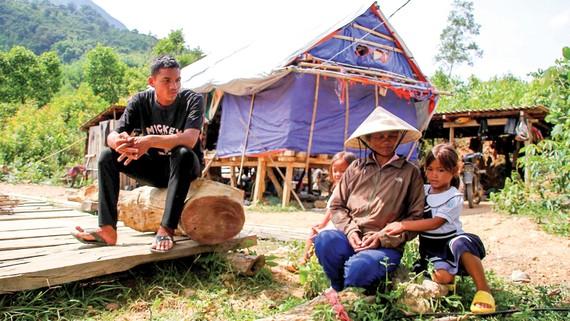 Người dân xã Hướng Sơn, huyện Hướng Hóa, Quảng Trị ngóng đất xây nhà tái định cư. Ảnh: NGUYỄN HOÀNG
