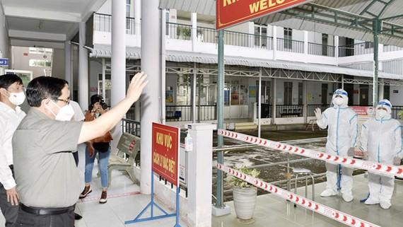 Đến thăm Bệnh viện Lao và bệnh Phổi Tây Ninh, Thủ tướng chia sẻ và cảm thông với sự hy sinh, vất vả của những chiến sĩ áo trắng. Ảnh: VGP