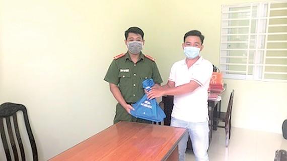 Công an phường 2 bàn giao lại tài sản cho anh Phan Minh Mẫn