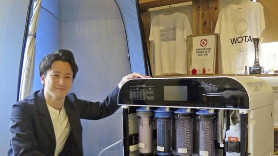 Ông Yosuke Maeda, Chủ tịch Wota Corp, bên cạnh chiếc Wota Box