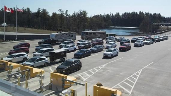 Các phương tiện xếp hàng tại cửa khẩu biên giới Canada-Mỹ ở Lansdowne, Ontario,