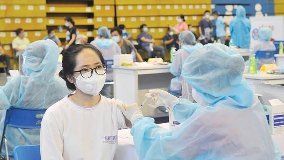 Tiêm vaccine Covid-19 tại Nhà thi đấu Phú Thọ. Ảnh: CAO THĂNG