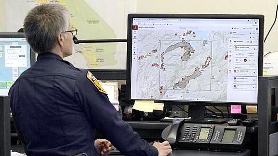 """Đại úy cứu hỏa Danell Eshnaur sử dụng chương trình  """"Phân tích chiến thuật phản ứng đám cháy"""" giúp định vị  trước các nguồn lực chữa cháy ở bang California ngày 23-7. Ảnh: AP"""
