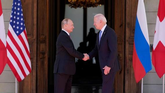 Tổng thống Nga Vladimir Putin (trái)  và Tổng thống Mỹ Joe Biden trong cuộc gặp tại Geneva
