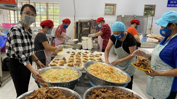 """""""Bếp ăn nghĩa tình Thủ Đức"""" tại Trường Tiểu học Lương Thế Vinh  (TP Thủ Đức, TPHCM)"""