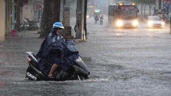 Đẩy nhanh tiến độ thực hiện các dự án tiêu thoát nước trên địa bàn TP để giúp thoát nước tốt sau những cơn mưa lớn, hạn chế gây ngập úng. Ảnh: HOÀNG HÙNG