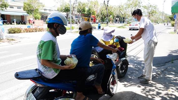 Anh Trương Vĩnh Đặng (35 tuổi, giáo viên dạy mỹ thuật  Trường Tiểu học Tây Hồ) tặng bữa ăn cho người khuyết tật nghèo