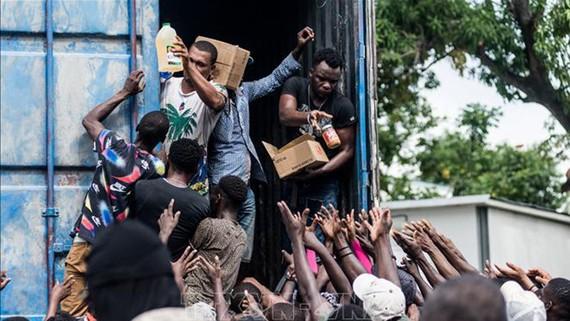 Phân phát nhu yếu phẩm cho người dân bị ảnh hưởng bởi trận động đất ở Les Cayes, Haiti, ngày 20-8-2021