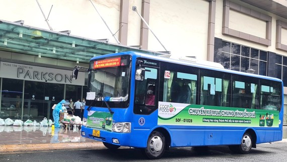 """""""Chuyến xe mua chung - Bình ổn giá"""" giao hàng cho người dân tại nhiều khu dân cư trên địa bàn TPHCM"""
