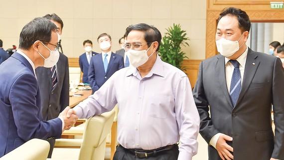 Thủ tướng Phạm Minh Chính trao đổi với đại diện các doanh nghiệp Hàn Quốc. Ảnh: VIẾT CHUNG