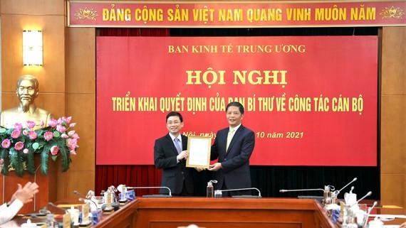 Trưởng ban Kinh tế Trung ương Trần Tuấn Anh trao quyết định điều động, bổ nhiệm cho tân Phó Trưởng ban Kinh tế Trung ương Nguyễn Duy Hưng (bên trái). Ảnh:VGP
