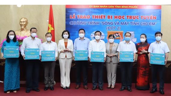 """UBND tỉnh Bình Phước trao thiết bị học trực tuyến qua đại diện các địa phương  từ chương trình """"Sóng và máy tính cho em"""". Ảnh: HOÀNG BẮC"""
