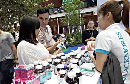 Người tiêu dùng nghe hướng dẫn về dược phẩm ở Bangkok.