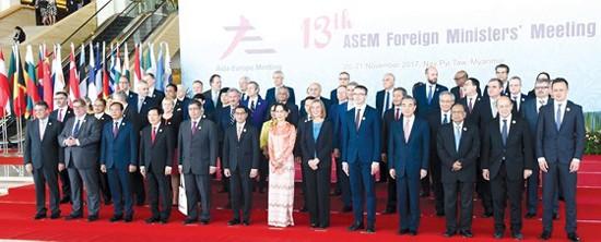 Phó Thủ tướng, Bộ trưởng Ngoại giao Phạm Bình Minh và các trưởng đoàn chụp ảnh chung.