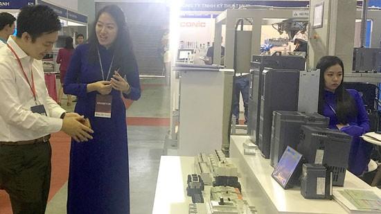 Doanh nghiệp Hàn Quốc trao đổi, tìm hiểu sản phẩm công nghiệp hỗ trợ của doanh nghiệp Việt.