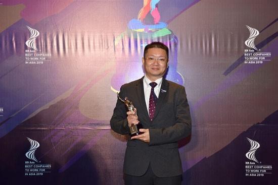 """Đại diện Vietjet nhận giải """"Nơi làm việc tốt nhất châu Á 2019""""."""