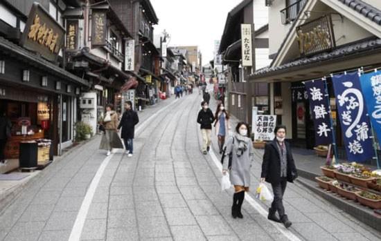 Nhiều điểm lịch Nhật Bản như ngôi đền Naritasan Shinshoji, Chiba đã giảm khách du lịch. Ảnh KYODO