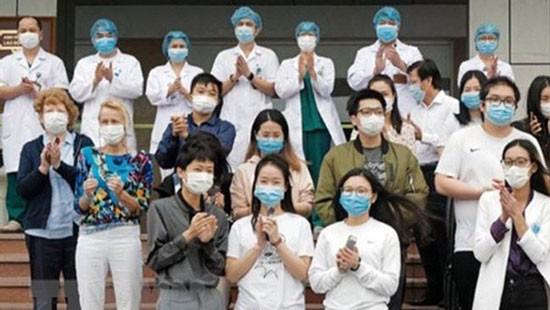 Các bệnh nhân được ra viện sáng 30-3 tại Bệnh viện Bệnh Nhiệt đới Trung ương cơ sở 2.