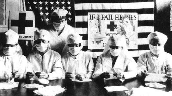 Tình nguyện viên Hội Chữ thập đỏ đeo khẩu trang trong đại dịch cúm năm 1918.