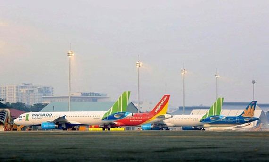 Tại sân bay Nội Bài, hàng trăm máy bay nằm ở sân đợi dịch sớm qua.