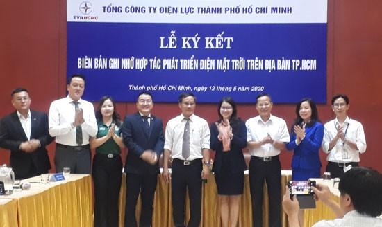 Ông Bùi Trung Kiên (thứ 5 từ trái qua), Phó Tổng giám đốc EVN HCMC cùng các đơn vị tại lễ ký kết.