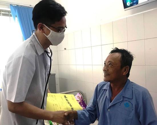 Các bác sĩ chăm sóc cho bệnh nhân.
